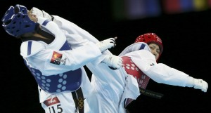 Japan's Erika Kasahara (R) fights against Papua New Guinea's Theresa Tona during their women's -49kg preliminary round taekwondo match at the ExCel venue during the London Olympic Games, August 8, 2012. REUTERS/Stefano Rellandini (BRITAIN - Tags: OLYMPICS SPORT TAEKWONDO)
